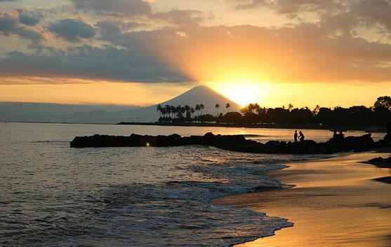 http://www.yukpiknik.com/wp-content/uploads/2015/01/Sunset-di-Pantai-Senggigi-Lombok.jpg