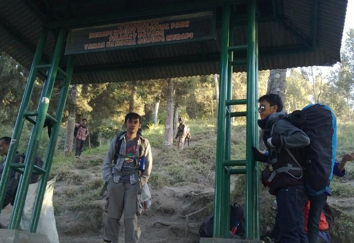 Gapura selamat datang di Taman Nasional Gunung Merapi