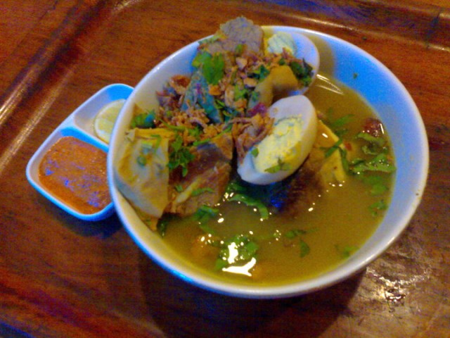Foto: https://citarasasurabaya.files.wordpress.com/2010/06/soto-daging-cak-wawan-13000.jpg