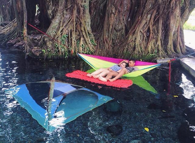 Pengunjung yang sedang bersantai di hammock di Umbul Manten. Foto: https://www.instagram.com/p/BCsiaDfoV1y/
