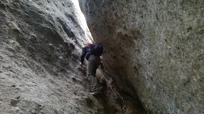 Pendaki harus melewati jalanan sempit untuk ke Comberan
