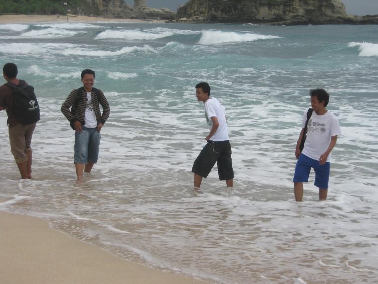 Pantai Klayar. Pantai Dengan Air Mancur Di Pacitan