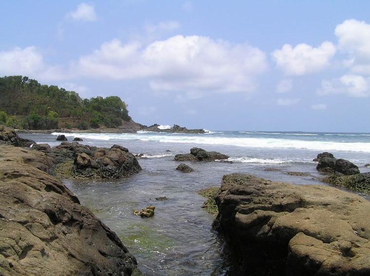 Pantai Wediombo. Pantai Dengan Kolam Renang Alami di Gunung Kidul, Yogyakarta