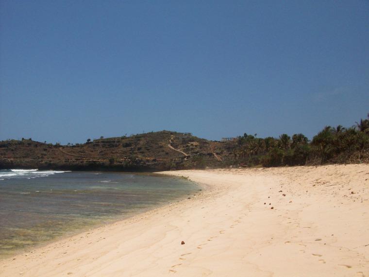 Menikmati Deburan Ombak di Pantai Teleng Ria di Pinggiran Kota Pacitan
