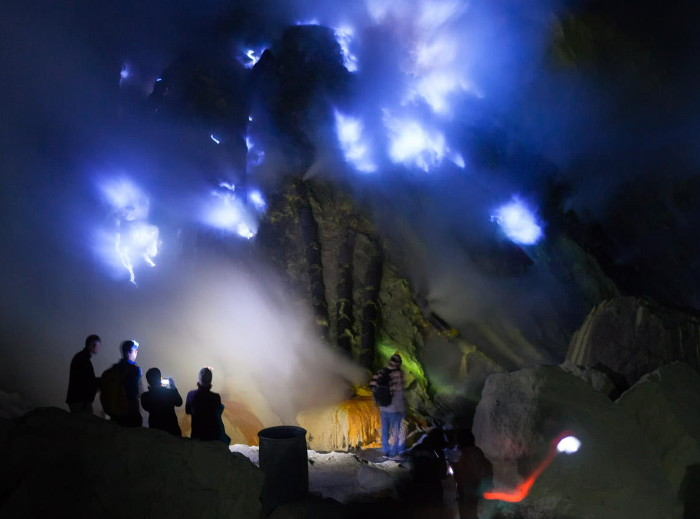 Melihat Indahnya Blue Fire Kawah Ijen Di Banyuwangi