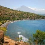Pantai Amed. Pantai Dengan Latar Belakang Gunung Agung Yang Gagah di Bali