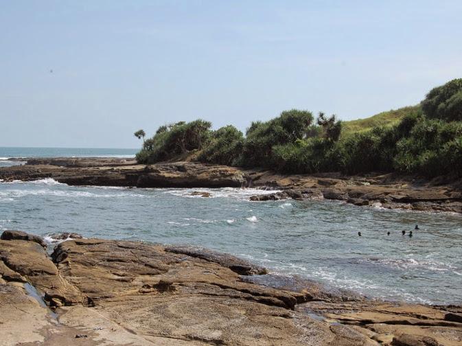 Pantai Cicalobak, Pantai Dengan Hamparan Batu Karang Halus Yang Asik Untuk Nongkrong