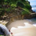 Banyu Tibo. Pantai Dengan Air Terjun Yang Unik di Pacitan
