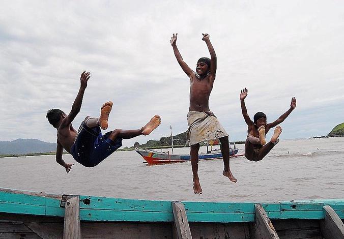 Menikmati Hasil Tangkapan Nelayan Di Pantai Puger, Jember