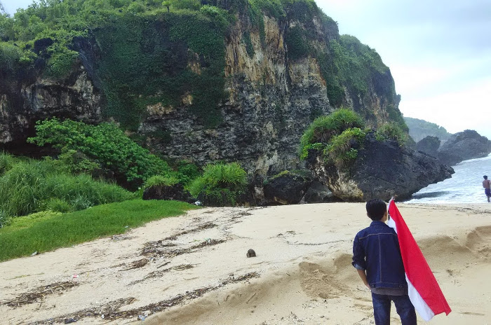Pantai Ngrumput. Si Kecil Yang Bikin Nyut-nyut