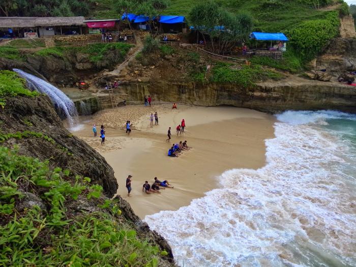 5 Pantai Di Indonesia Yang Semakin Cantik Dengan Air Terjun Di Dekatnya
