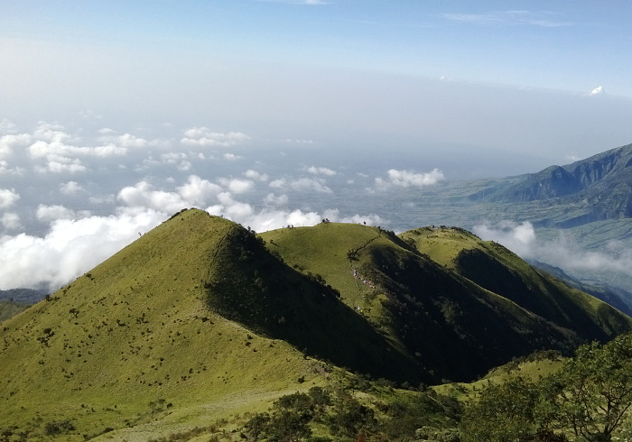 10 Gunung di Indonesia Dengan Pemandangan Terindah