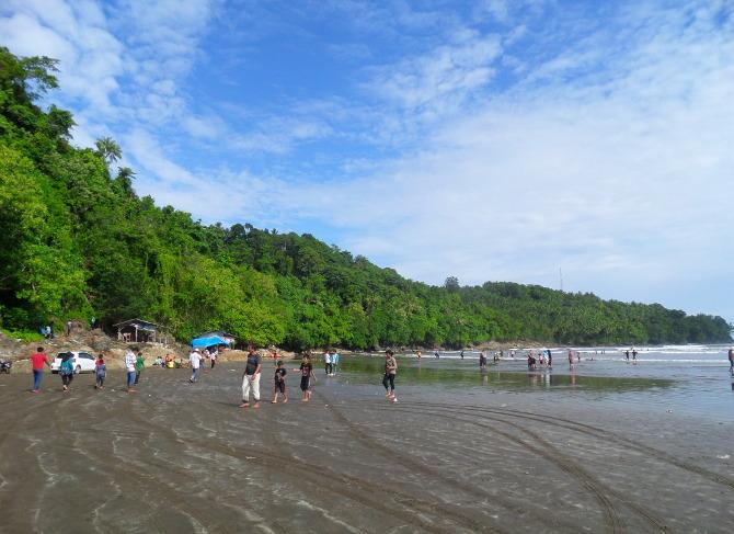 Pantai Air Manis dan Cerita Malin Kundang Yang Melegenda