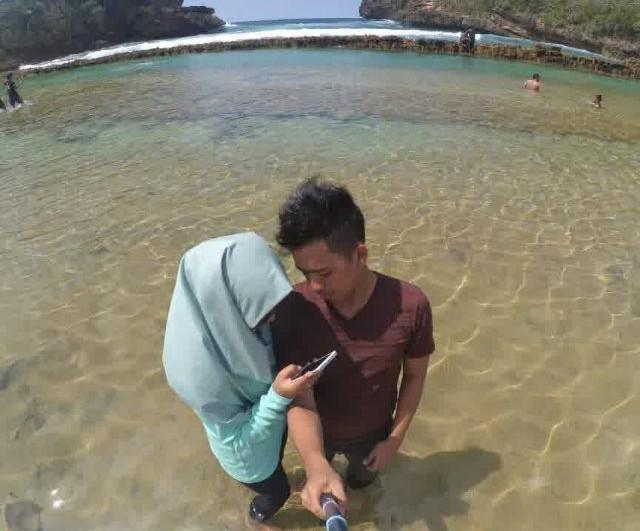 Pantai Watu Bengkung Dengan Bendungan Alami di Malang