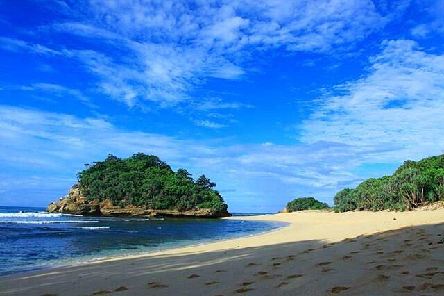 Pantai Pulodoro. Pantai Sepi Berombak Sedang di Malang