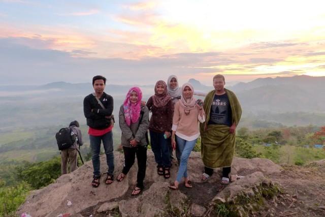 Foto: http://www.novawijaya.com/2016/01/negeri-atas-angin-indahnya-puncak-bukit.html