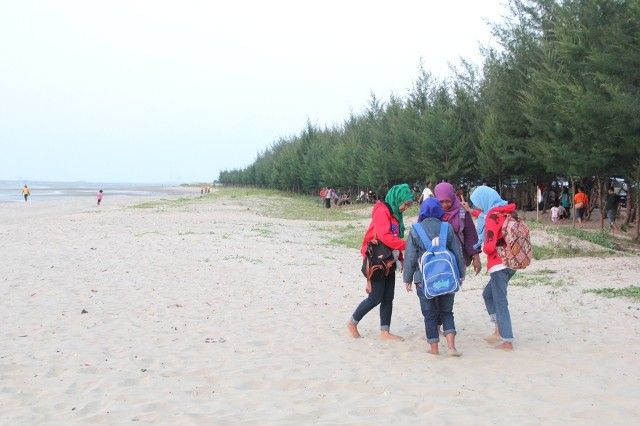 Foto: https://cbfmrembang.files.wordpress.com/2014/09/wisatawan-lokal-sedang-menikmati-indahnya-pasir-putih-pantai-karang-jahe-rembang.jpg