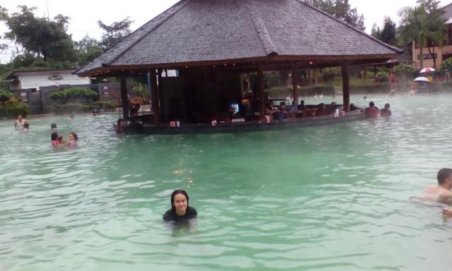 Foto: https://ratuprayuana.wordpress.com/2014/12/29/berenang-di-kolam-renang-air-panas-ciater/