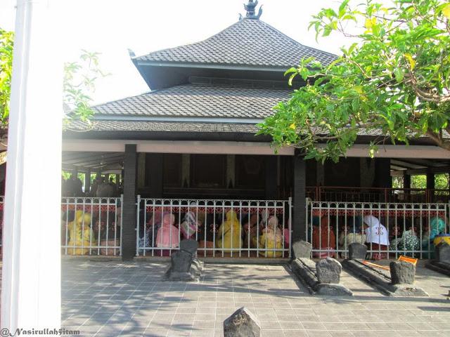 Foto: http://www.nasirullahsitam.com/2015/01/ziarah-ke-makam-kadilangu-sunan-kalijaga.html