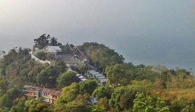 Foto: https://upload.wikimedia.org/wikipedia/id/7/70/Makam_Sunan_Muria_di_Gunung_Muria.jpg
