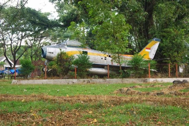 Foto: http://1.bp.blogspot.com/-N48s5BDSnBM/UlfAJDWxDfI/AAAAAAAAAGg/eMK77o8EP4Q/s1600/monumen_pesawat_terbang.JPG