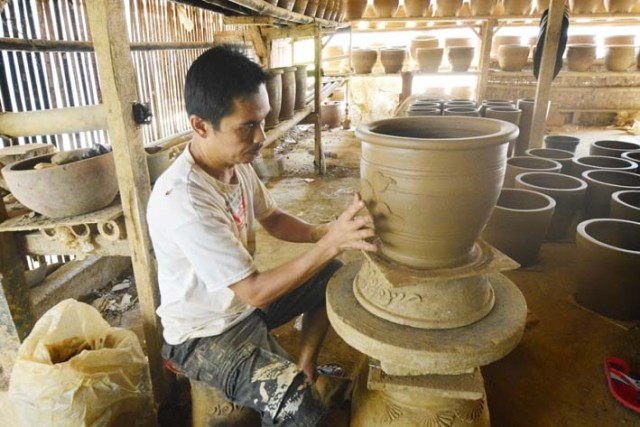 Foto: http://www.thomsonradionet.com/wp-content/uploads/2016/04/Sentra-Pembuatan-Keramik-Plered.jpg