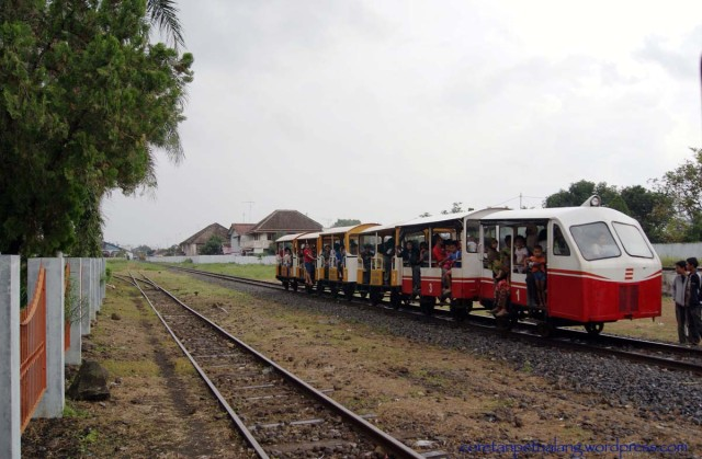 Foto: https://coretanpetualang.wordpress.com/petualangan-budaya/jelajah-museum/explore-museum-kereta-api-ambarawa/