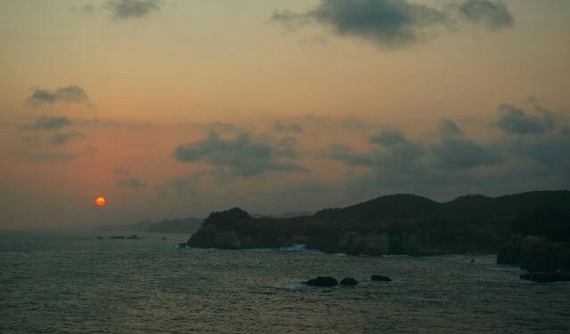 Foto: https://bukanrastaman.com/2014/08/24/pantai-klayar-cerita-seruling-samudra-hingga-tebing-karang-bolong/