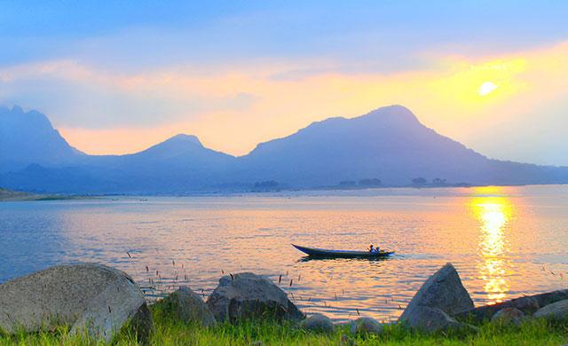 Foto: http://wisatanesia.co/objek-wisata-waduk-jatiluhur-purwakarta/waduk-jatiluhur/
