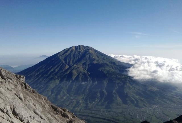 Gunung Merbabu dari lereng Puncak Merapi