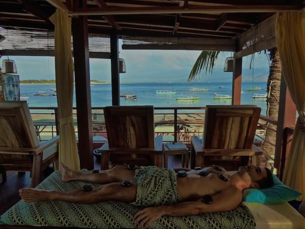 Foto: http://nomadicboys.com/wp-content/uploads/2015/11/Hot-stone-massage-Stefan-Azure-Spa.jpg