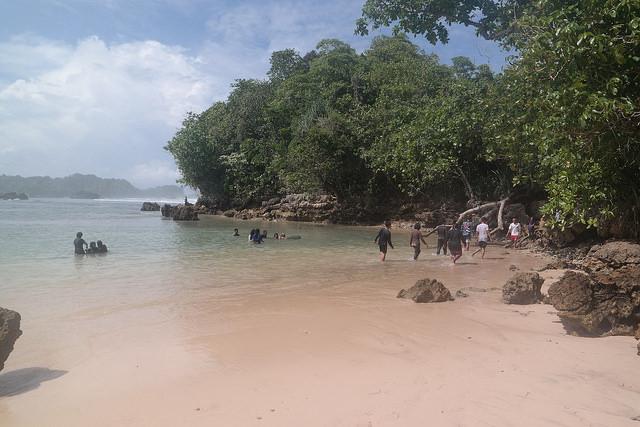 Pantai Banyu Meneng. Foto: http://trevelsia.com/wp-content/uploads/2016/07/28302391441_cc36d0ed2a_z.jpg