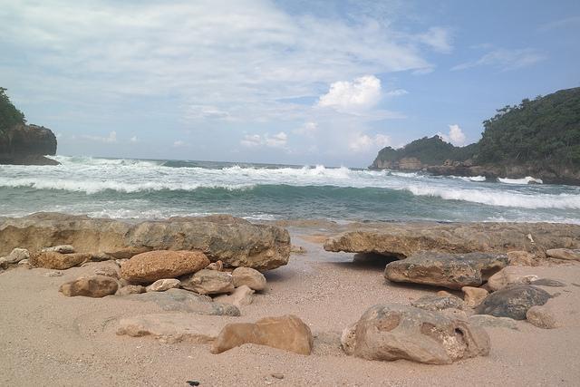 Pantai Selok Dan Banyu Meneng. Dua Tetangga Dengan Karakteristik Berbeda