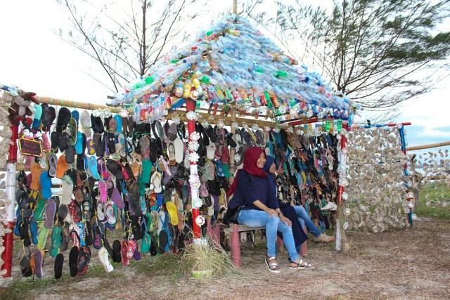 Sandal Jodoh. Spot Unik di Pantai Tapak Paderi Bengkulu